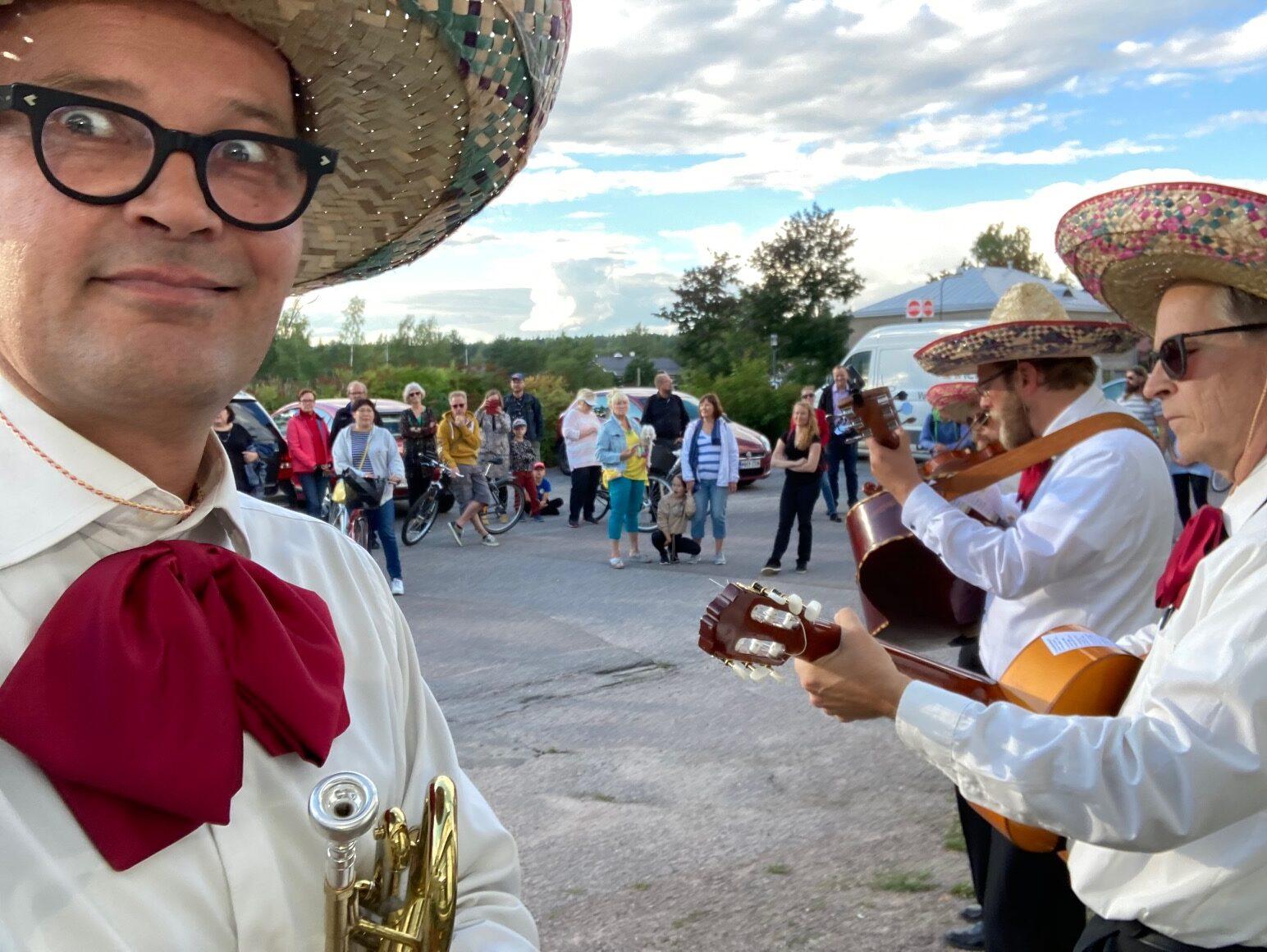 Las Carambas esiintymässä fleimio-liikkeen edustalla Tuusulan taiteiden yö 2020